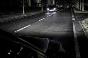 De toekomst van autoverlichting ligt voor Mercedes-Benz ontwikkelaars bij niet-verblindend grootlicht in HD-kwaliteit. De revolutionaire koplamptechnologie levert maximale prestaties en maakt communicatie en geavanceerde rijassistentie mogelijk. De nieuwe koplampen in HD-kwaliteit van Mercedes-Benz beschikken over chips met meer dan 1 miljoen microreflectoren, dus in totaal meer dan 2 miljoen per auto.