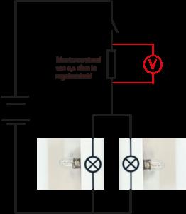 De fabrikant plaats een kleine weerstand in het schema en meet daarover het spanningsverlies.