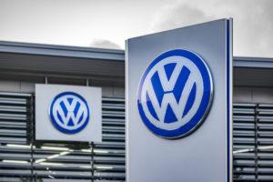 'Volkswagen, Bosch en dealers moeten eigenaren sjoemeldiesel geld teruggeven'