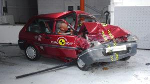 Twintig jaar Euro NCAP tests laten zien dat er veel verbeterd is in de botsveiligheid. Voor dit jubileum gedemonstreerd met tests op een nieuw en een oud model. Deze Honda Jazz, in 2015 goed voor vijf sterren, houdt er een platte neus aan over…