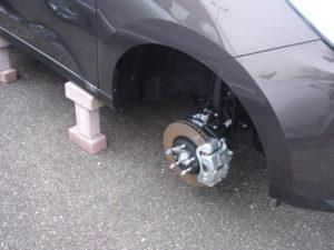 Stapelen maar: opkrikken, bakstenen eronder en weg zijn de wielen. Voor dure wielen met niet-alledaagse bandenmaten is vervanging een kostenpost die tot vele duizenden euro's kan oplopen.
