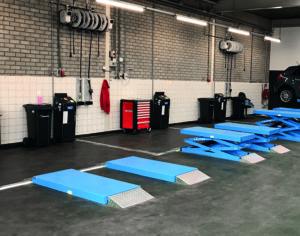 Autec-VLT hefbruggen in een werkplaats voor auto's.