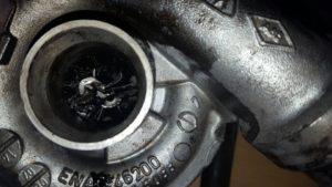 Schone olie met de juiste specificaties is van groot belang voor de motor. Deze turbo is gesneuveld door gebrekkige smering.