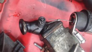 Na demontage van de EGR-koeler wordt beter zichtbaar dat de kabel gebroken is en een stukje van de veer defect is.