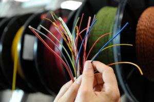 Voorbeelden van verschillende soorten kabels die VW gebruikt voor zijn kabelbomen.