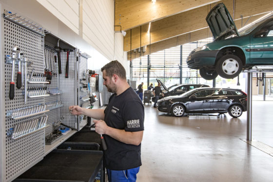 Twee technici hebben samen één gereedschapskabinet. De gereedschapskarren zijn (bijna allemaal) vervangen. In de kabinetdeurtjes heeft elke technicus z'n eigen set gereedschap. In het midden hangt het gezamenlijke gereedschap.