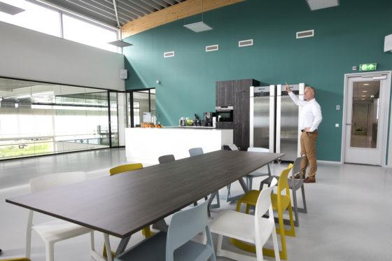 Het pand maakt optimaal gebruik van daglicht. Het dak van de kantine heeft een kleine verhoging om daglicht binnen te laten. De showroom heeft een sheddak.