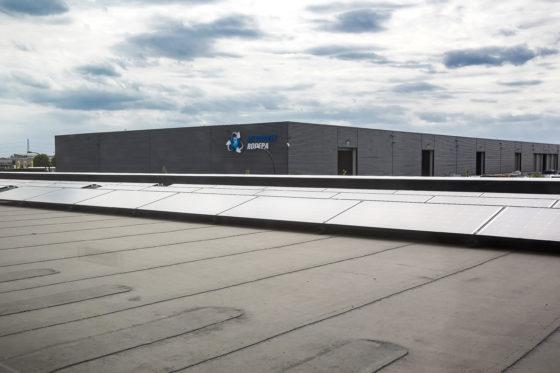 440 zonnepanelen staan op het dak van de showroom en vergaderruimten.