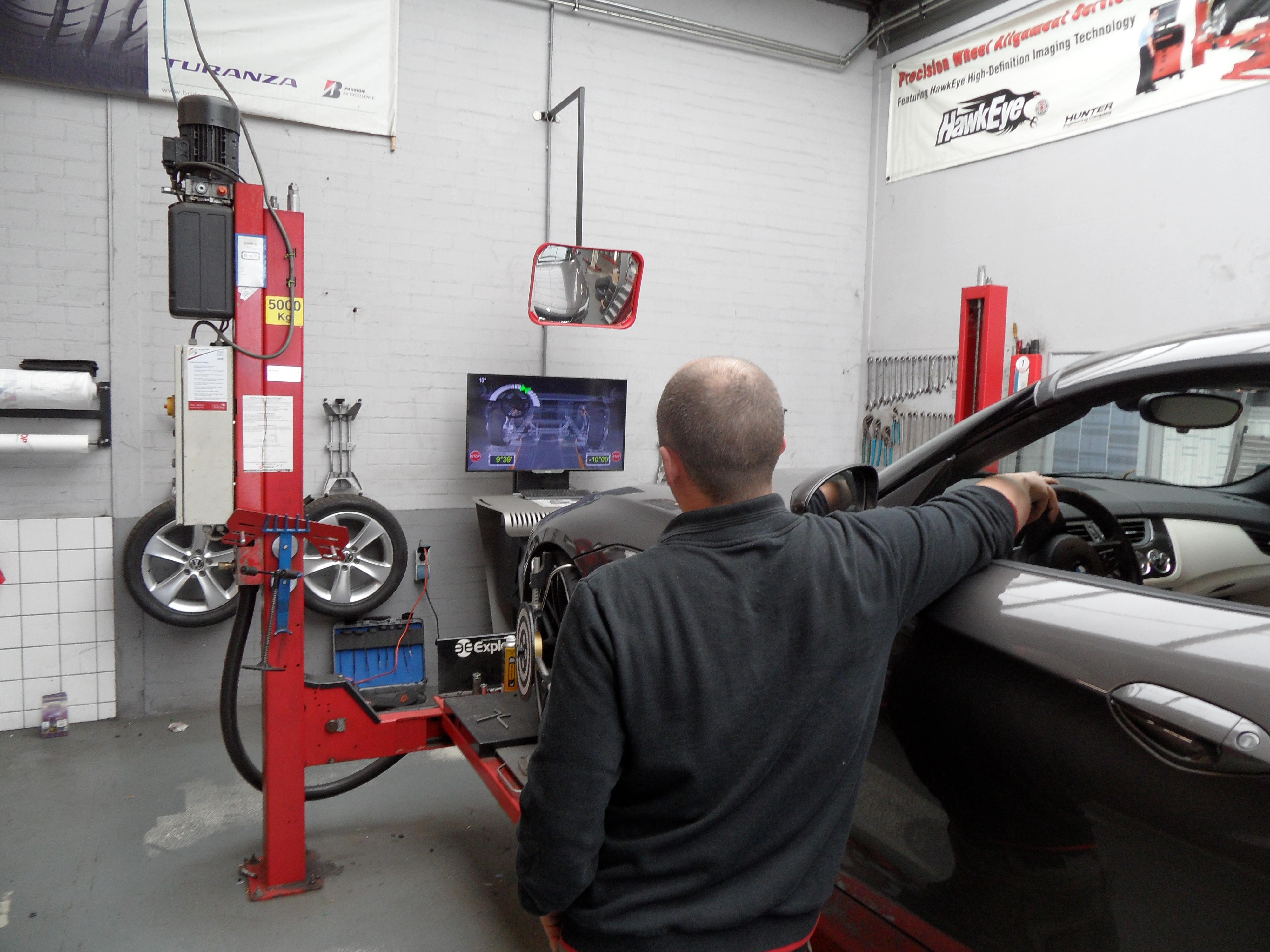 Roland plaatst de blokkering voor het rempedaal en voert de castercontrole uit. Op het beeldscherm ziet hij in welke richting en hoever hij het stuurwiel moet verdraaien. Hierna blokkeert hij het stuurwiel.
