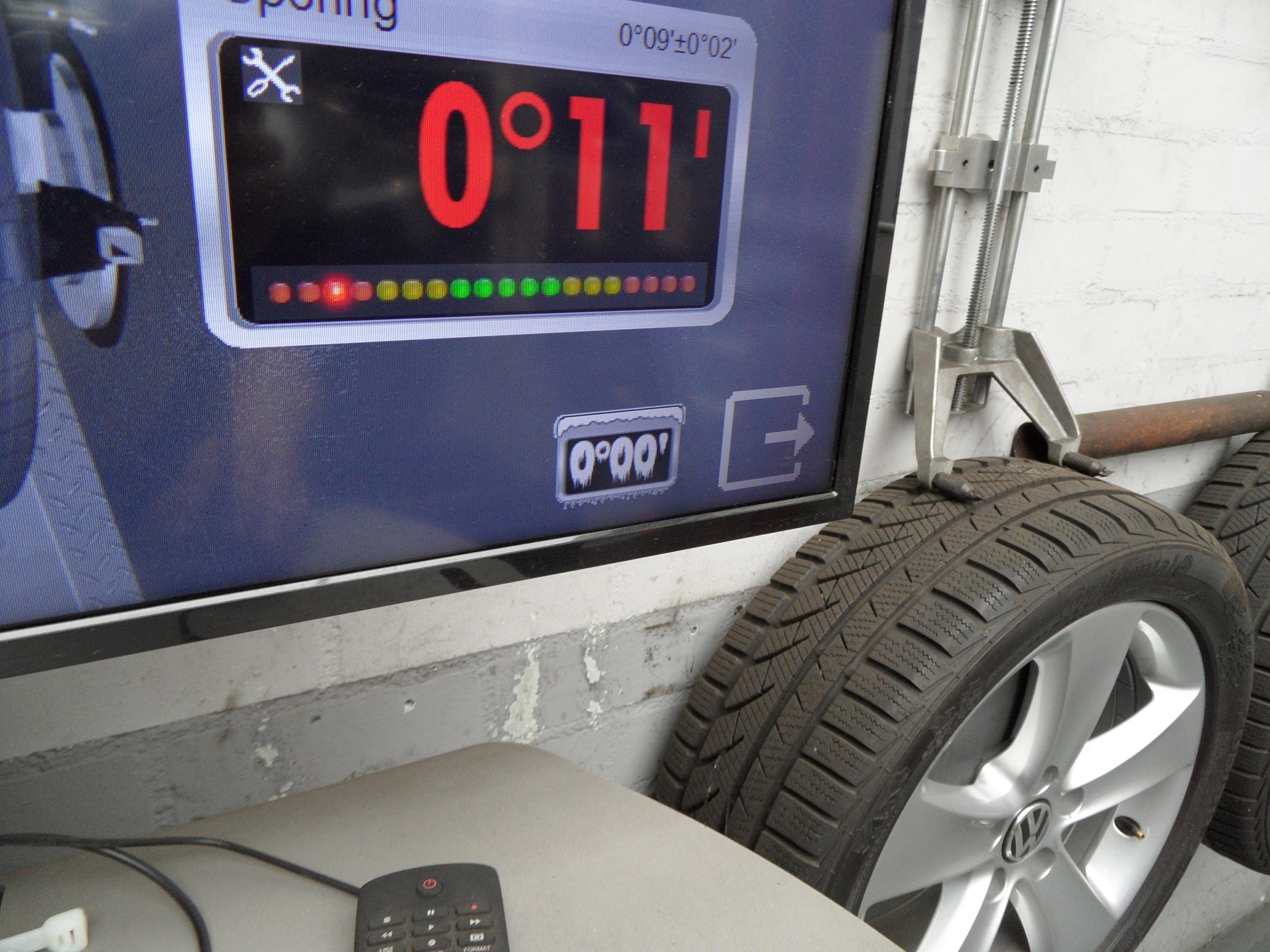 Tijd om onder de auto aan de slag te gaan. Maar niet voordat Roland de meetdata 'bevroren' heeft. Als hij de brug heft, verandert de positionering van de targets ten opzichte van de camera's. Door de data te 'freezen', worden de huidige meetwaarden als kalibratiewaarden opgeslagen, ongeacht de hoogte en beweging van de brug.