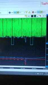 Vier signalen zet Erwin tegelijk op zijn diagnosescope. Wat hem opvalt ten tijde van een storing is dat het krukassignaal (groen) blijft, de andere signalen (brandstofdruksensor, brandstofregelklep en nokkenassensor) vallen tegelijk weg. Hoe komt dit?