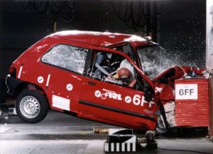 Er is in twintig jaar Euro NCAP veel veranderd in autoveiligheid, daaraan herinnert dit beeld uit 1997 van een Renault Clio in de test.