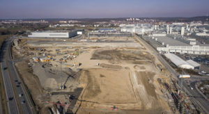 Voor de aanleg van het fabrieksterrein werd 700.000 m3 grond verplaatst. Het grondoppervlak bedraagt 220.000 m2. Dit staat gelijk aan circa dertig voetbalvelden. Voor de staalconstructie wordt circa 6.400 ton staal gebruikt – bijna evenveel als indertijd voor de Eiffeltoren in Parijs.