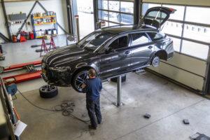 Tijmen monteert de wielen op een Audi RS6 en heeft een voorkeur om de banden/wielen op borsthoogte te monteren.