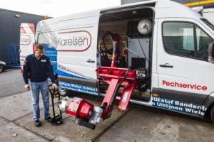 Rob demonstreert het automatisch uitschuifbare de- en montageapparaat van de servicebus. De bus wordt ingezet voor pech onderweg (truckklanten) en is uitgerust met een compressor en lederen bekleding (makkelijk schoonmaken).