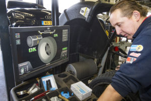 Dankzij de Roadforce-techniek van de Hunter GSP9700 kan technicus Tijmen een maximale druk van 680 kg op de band duwen. Het benadert praktijkomstandigheden zo goed mogelijk.