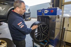Deze machine wast met hoge druk een band/wiel in twee minuten schoon. Er zijn machines die wassen met kunststofballetjes, maar de balletjes blijven steken in het profiel en rollen daarna door de werkplaats.