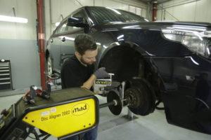 Remmenservice is een specialisme binnen het specialisme. Hier worden de remschijven van een BMW 5 Serie afgedraaid met een MAD Disc Aligner.